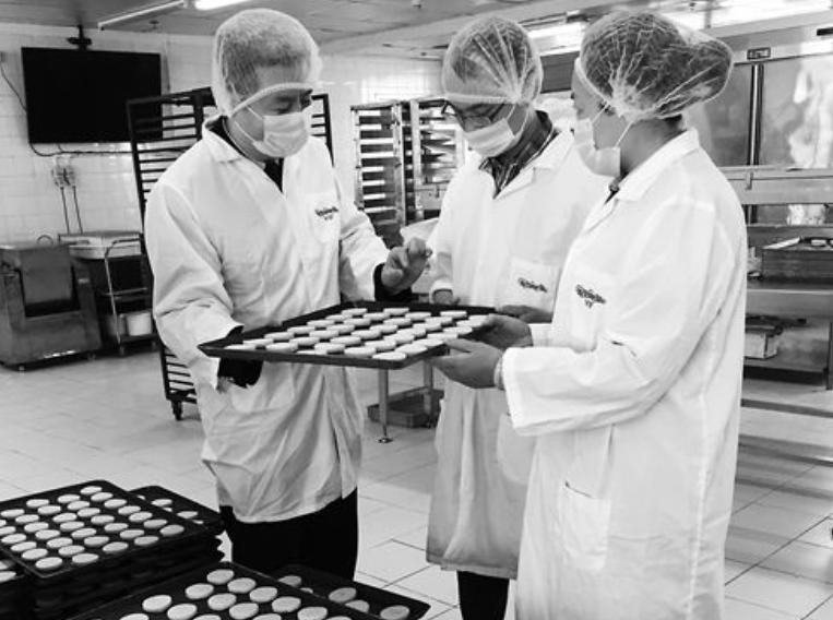 深圳宝安检验检疫局工作人员在辖区某供港食品企业生产车间检查年货生产情况